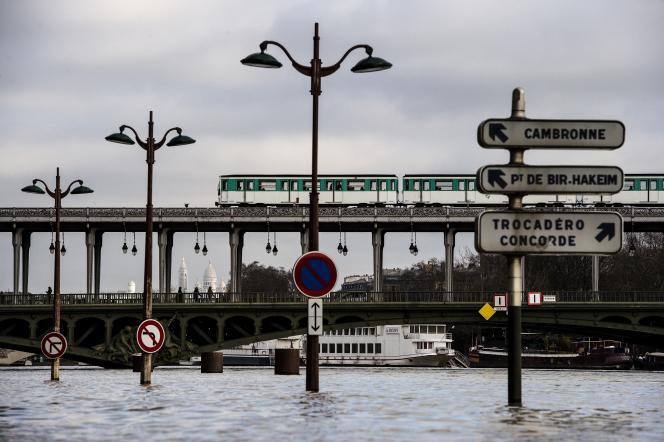 La crue de la Seine au pont de Bir-Hakeim à Paris, le 26 janvier 2018.