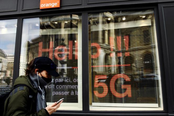 Un homme passe devant une boutique de l'opérateur Orange. Le géant des télécoms fait face à une grève convoquée par quatre syndicats sur la question des salaires et des recrutements.