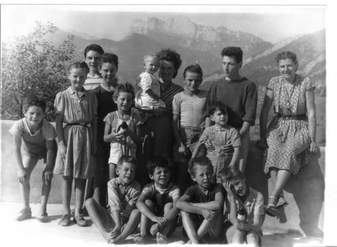 Henriette et François Gué, leur fils, les onze enfants accueillis et Edith, aide de maison, à Vercheny (Drôme), en 1951.