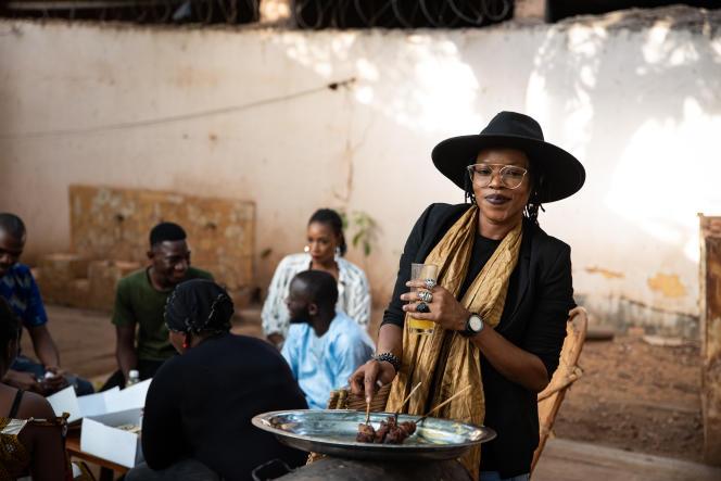 Ami Yerewolo, lors d'un barbecue organisé avec quelques amis dans le quartier de Korofina, à Bamako, au Mali, le 14 mai 2021.