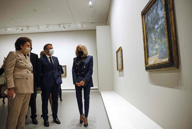 La ministre de la culture, Roselyne Bachelot, le président de la République, Emmanuel Macron, et Brigitte Macron, lors d'une visite à la Fondation LouisVuitton, le 21septembre 2021.