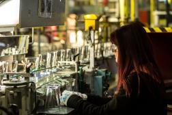 Une employée travaille dans la verrerie Arc, à Arques (Pas-de-Calais), le 23 novembre 2016.