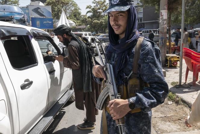 Des talibans contrôlent des conducteurs dans le centre de Kaboul, en Afghanistan, le 15 septembre 2021.