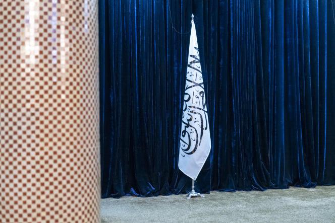 Un drapeau taliban trône sur la scène d'une salle de conférence, à la mairie de Kaboul, le 19 septembre 2021.