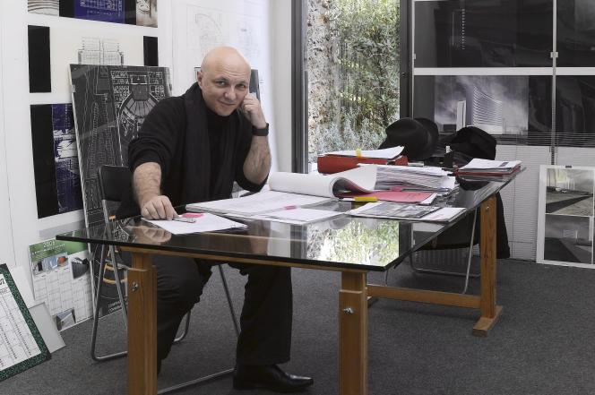 Franck Hammoutène dans son agence d'architecture, rue des Lyonnais, à Paris (5e), en2007.