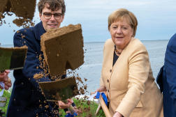 Georg Günther et Angela Merkel, sur l'île d'Ummanz, dans le nord-est de l'Allemagne, le 21 septembre.