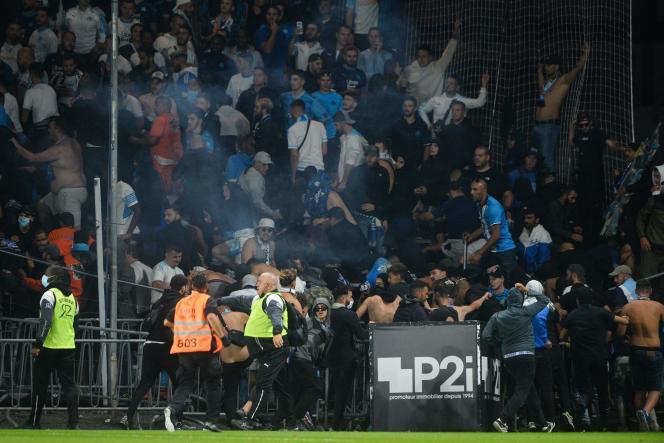 A la fin du match entre Angers et Marseille, des supporteurs ont pénétré sur la pelouse du stade Raymond-Kopa, à Angers, le 22 septembre 2021.
