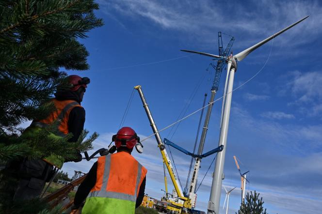 Installation d'une éolienne près de Lanarce ( Ardèche), le 9 septembre 2020.