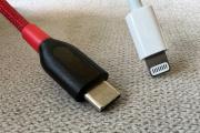 Une connectique USB-C et la connectique Lightning d'Apple.