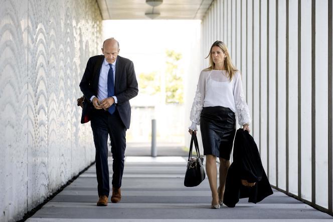 Les avocats Boudewijn van Eijck et Sabine ten Doesschate arrivent au procès du vol MH17, à Badhoevedorp, en Hollande, le 6 septembre 2021.