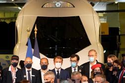 Emmanuel Macron devant une réplique grandeur nature du prochain TGV à la gare de Lyon, à Paris, le 17 septembre.