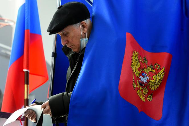 Vote dans un bureau de Saint-Pétersbourg, en Russie, le 19 septembre 2021.