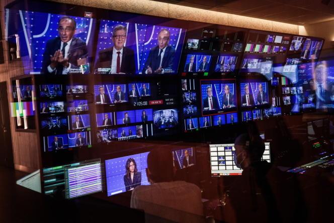 Pendant le débat Jean-Luc Mélenchon-Eric Zemmour surBFM-TV, depuis la régie, à Paris, le 23 septembre 2021.