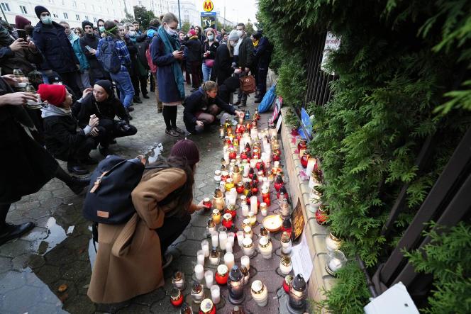 W Warszawie znicze ustawiane są przed siedzibą Straży Granicznej, aby oddać hołd czterem imigrantom, którzy zginęli na granicy polsko-białoruskiej 20 września 2021 roku.