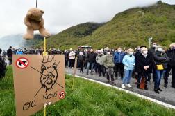 Manifestation contre la réintroduction des ours dans les Pyrénées, près d'Arreau (Hautes-Pyrénées), le 29 avril 2021.