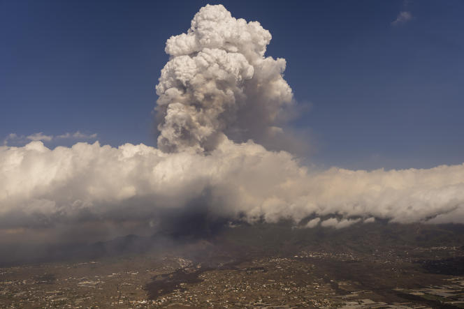 The cloud of ash and gas rises to an altitude of 4,500 meters above the Cumbre Vieja volcano.