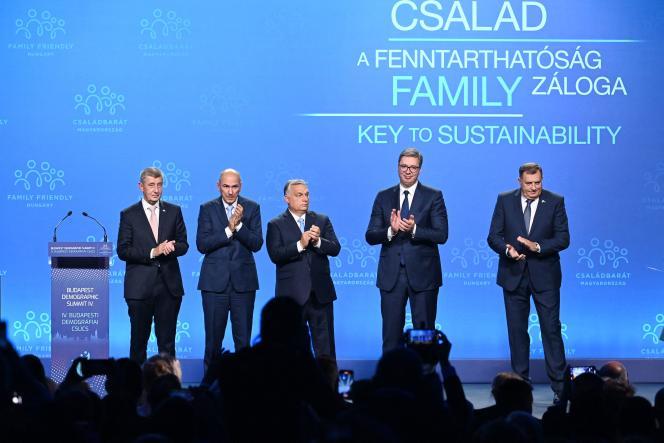 Le premier ministre hongrois Viktor Orban (au centre) lors du « sommet de la démographie», à Budapest, le 23 septembre 2021.