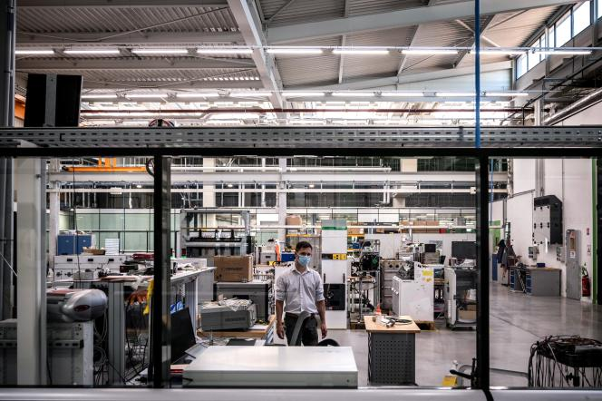 Dans l'usine Schneider Electric, à Grenoble, le 15 juin 2021.