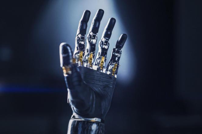 Un bras de robot humanoïde.