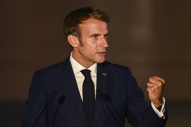 Le président français Emmanuel Macron lors d'un discours à Athènes, durant le huitième sommet de l'Euromed7, le 17 septembre 2021.