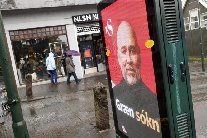 Une affiche électorale de l'Alliance sociale-démocrate, disant «attaque verte» à Reykjavik, en Islande, le mercredi 22 septembre 2021.