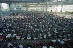 Des réfugiés haïtiens dans le hangar de McCalla dans la base navale de Guantanamo, le 5 décembre 1991.