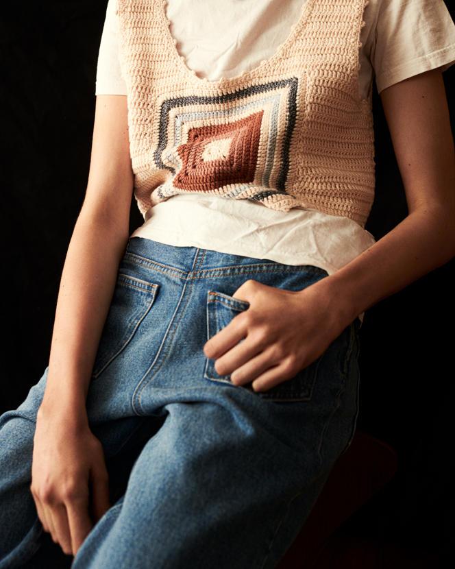 Top de coton, Sessùn, 175€. Tee-shirt en coton, Petit Bateau, 17,90€. Jeans Back-to-Back, brut en coton, MM6, Maison Margiela 250€.