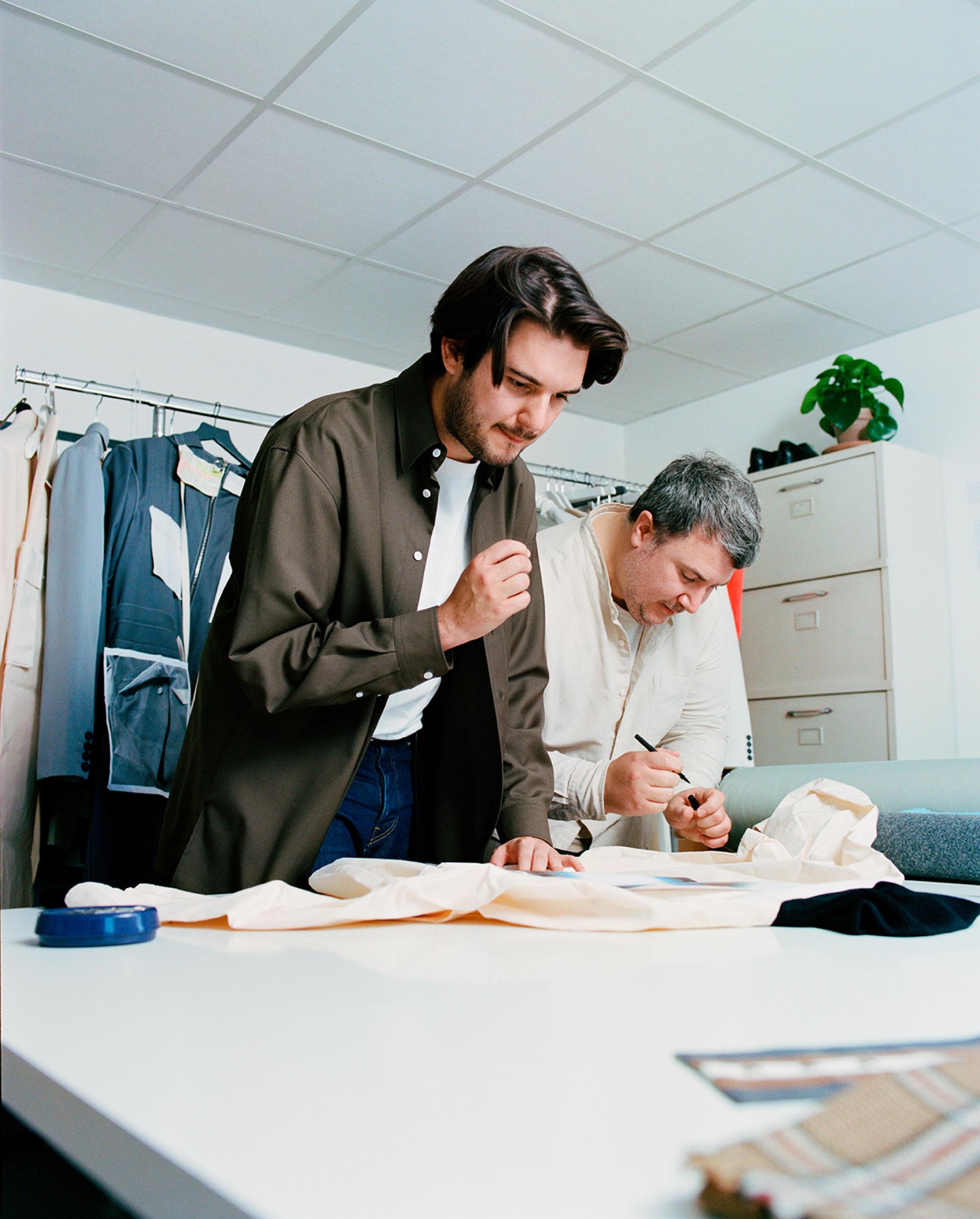 Hugues Fauchard et Rémi Bats dans leur studio à Montaigu-Vendée, le 13septembre.