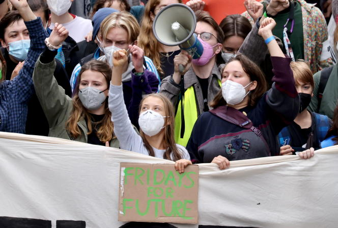 A futura ativista Louisa Newfire e a ativista ambiental sueca Greta Dunberg participam da Greve Climática Global do Movimento do Futuro em Berlim, Alemanha, em 24 de setembro de 2021.
