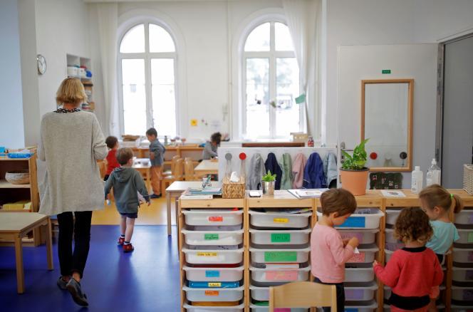Une enseignante et des élèves, dans une école élémentaire de Cherbourg-en-Cotentin (Manche), le 23 septembre 2021.