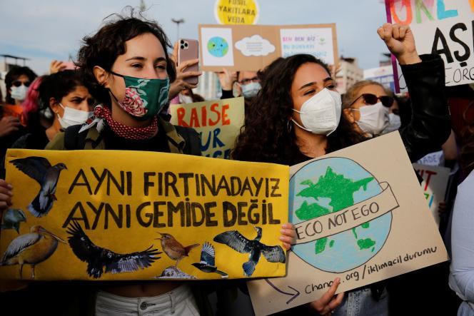 Aktywiści klimatyczni w Stambule 24 września 2021 r.