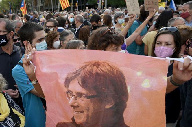 Eine Pro-Carles-Puigdemont-Kundgebung vor dem italienischen Konsulat in Barcelona am 24. September 2021 nach der Festnahme des ehemaligen katalanischen Präsidenten im italienischen Exil.