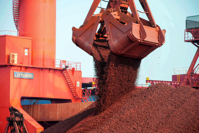 Du minerai de fer, au port de Qingdao, dans l'est de la Chine, en octobre 2019.