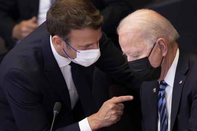 Emmanuel Macron s'entretient avec Joe Bidenau cours d'un sommet de l'OTAN à Bruxelles, le 14 juin 2021.