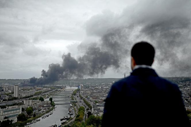 Le 26 septembre 2019, à Rouen, un homme regarde la fumée qui s'échappe de l'usine Lubrizol en feu.