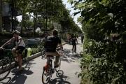 Des cyclistes, à Lyon, le 25 juillet 2018.