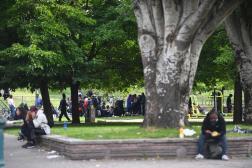 Des consommateurs de crack, après une opération de police, le 24 septembre, près de la Porte de la Villette.