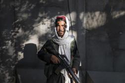 Saïf ul-khaled est un jeune taliban qui garde l'entrée du centre de police du district 10 à Kaboul, le 18 septembre 2021.