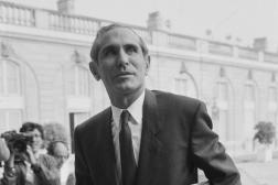 Paul Quilès arrive à l'Hôtel Matignon pour un conseil des ministres, à Paris le 25 septembre 1985.