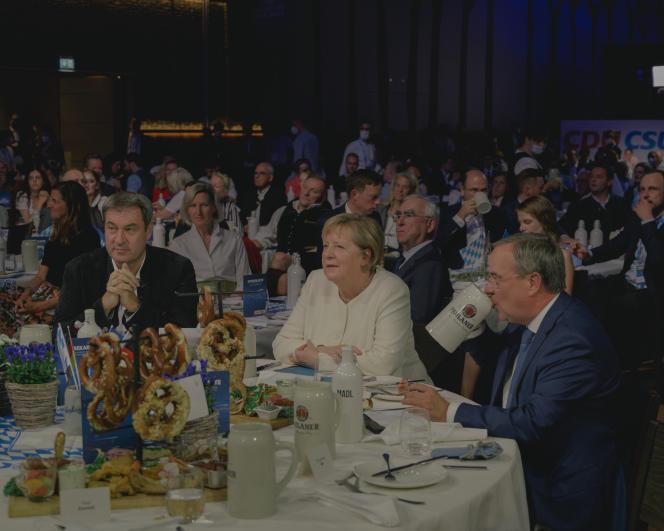 De gauche à droite,Markus Söder, Angela Merkel et Armin Laschet lors du dernier meeting de campagne de la CDU-CSU à Munich, en Allemagne, le 24 septembre 2021.