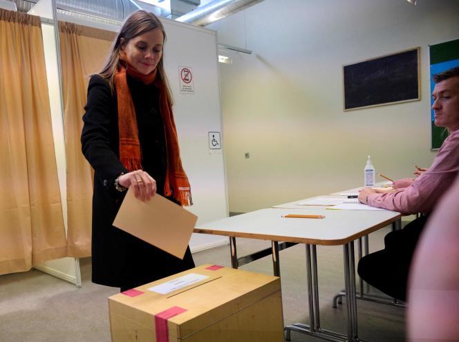 A primeira-ministra islandesa Katherine Jakobstotir, durante sua votação legislativa, em Reykjavik, 25 de setembro de 2021.