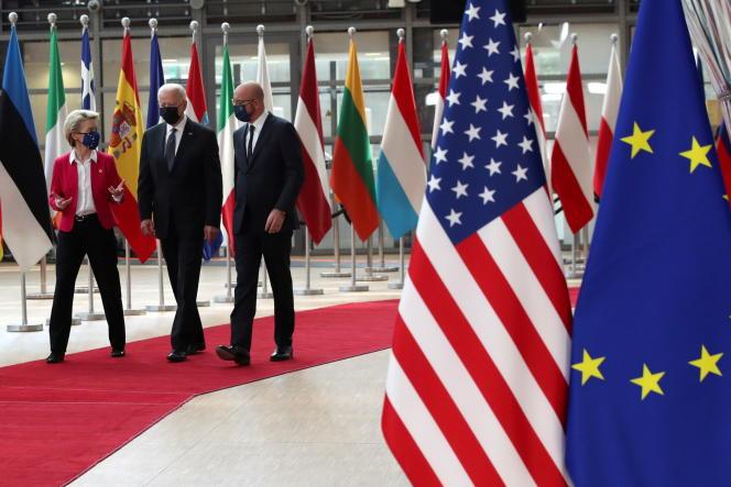 La présidente de la Commission européenne, Ursula von der Leyen, le président des Etats-Unis, Joe Biden, et le président du Conseil européen, Charles Michel, à Bruxelles, le 15 juin 2021.