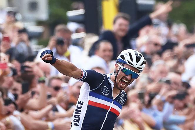 Julian Alaphilippe célèbre sa victoire aux championnats du monde de cyclisme, àLouvain, en Belgique, le 26 septembre 2021.