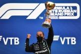 Lewis Hamilton soulève le trophée du Grand prix de Russie, le 26 septembre 2021.