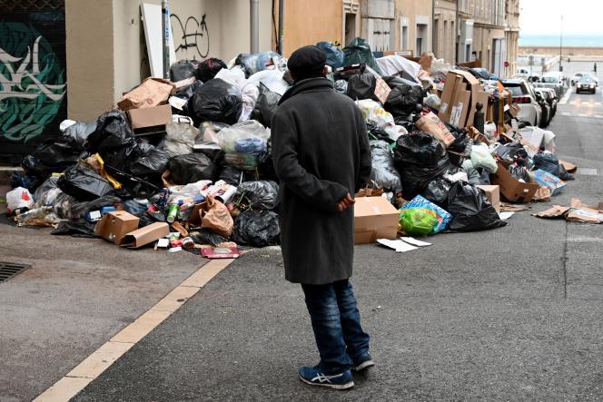 Une rue encombrée par l'accumulation des ordures, lors de la grève des éboueurs, àMarseille, en décembre 2020.