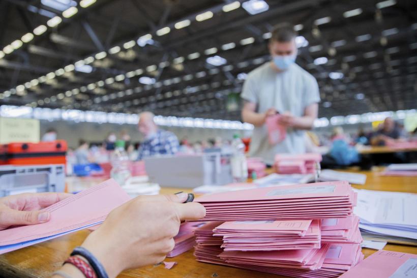 Des agents électoraux dépouillent les votes par correspondance, à Cologne, en Allemagne, le 26septembre 2021.