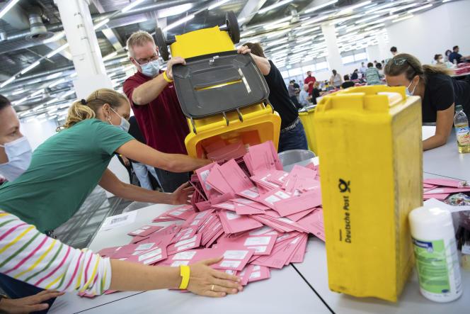 Comptage des votes par correspondance, à Munich, le 26 septembre 2021.