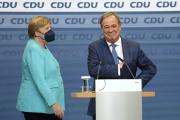 La chancelière Angela Merkel au côté du candidat des conservateurs (CDU-CSU), Armin Laschet, àBerlin, dimanche 26 septembre 2021.