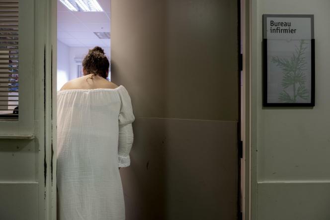 Une patiente dans les couloirs du centre hospitalier Le Vinatier, à Bron (Rhône),le 22 septembre 2021.