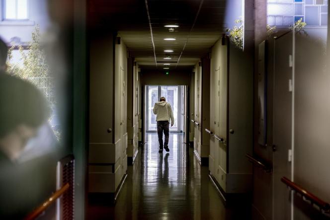 Un patient de psychiatrie générale dans les couloirs du centre hospitalier Le Vinatier,à Bron (Rhône),le 22 septembre 2021.
